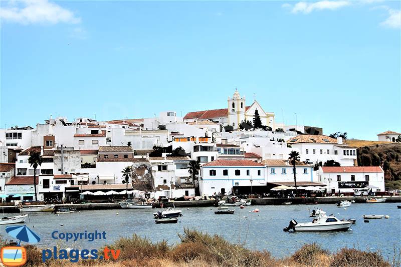 Ferragudo vue sur le port et le fleuve de l'Arade - sud du Portugal