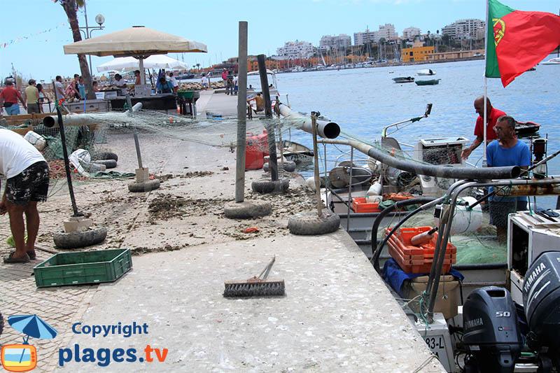 Vente de poissons sur le port de Ferragudo