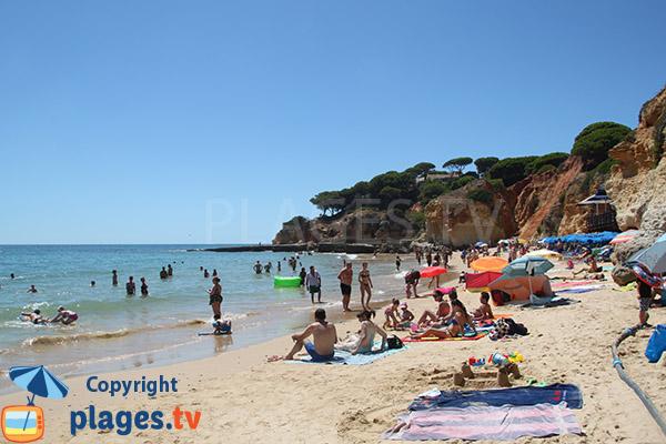 Belle crique à Olhos d'Agua au Portugal