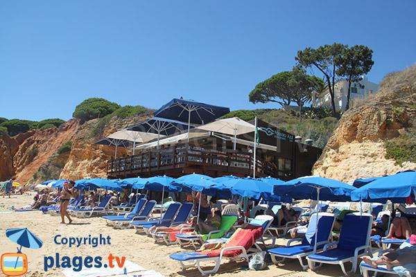 Restaurant sur la plage à Olhos d'Agua