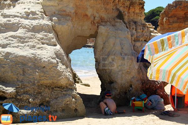 Arche sur la plage d'Olhos d'Agua