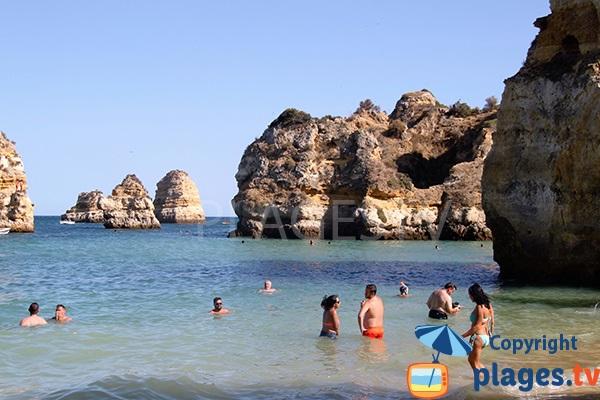 Belle crique avec des rochers à Lagos au Portugal