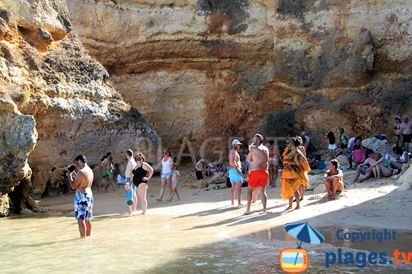 Fréquentation de la plage de Pinhao à Lagos au Portugal