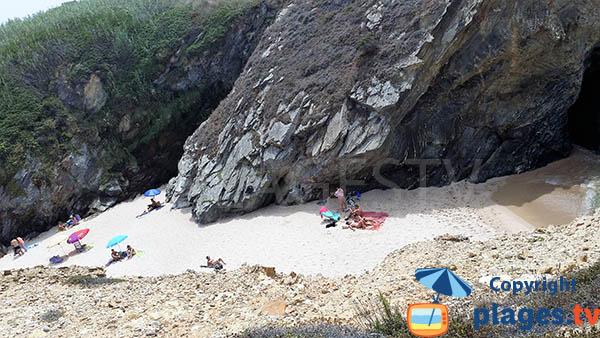 Crique de sable à Porto Covo entre les falaises