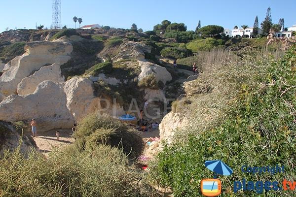 Crique entre les falaises en Algarve au Portugal