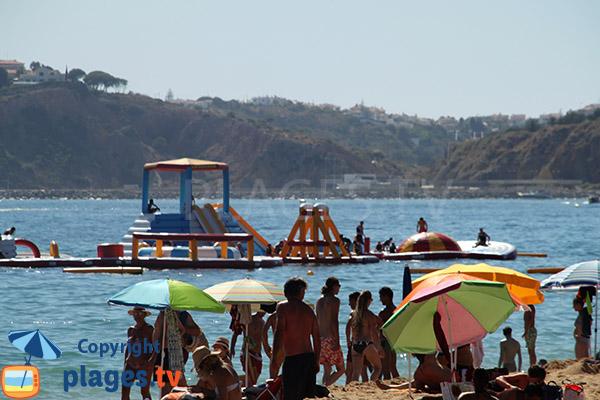 Jeux pour les enfants dans la mer sur la plage Alemaes à Albufeira au Portugal