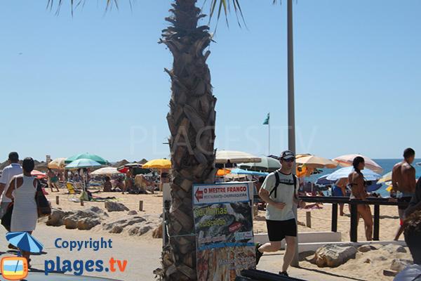 Promenade piétonne le long de la plage Allegre à Quarteira au Portugal