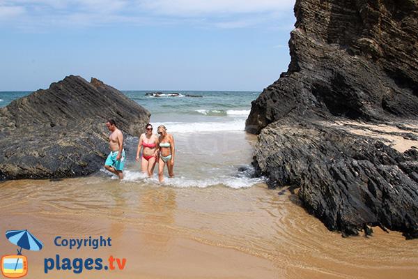 Rochers sur la plage d'Almograve Sul au Portugal