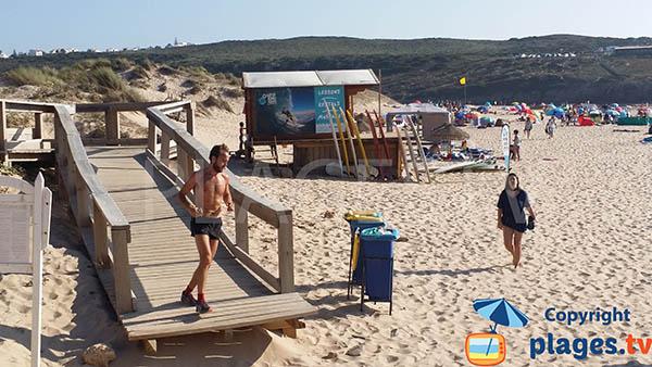 Passerelle d'accès à la plage d'Armoreira do Mar à Aljezur