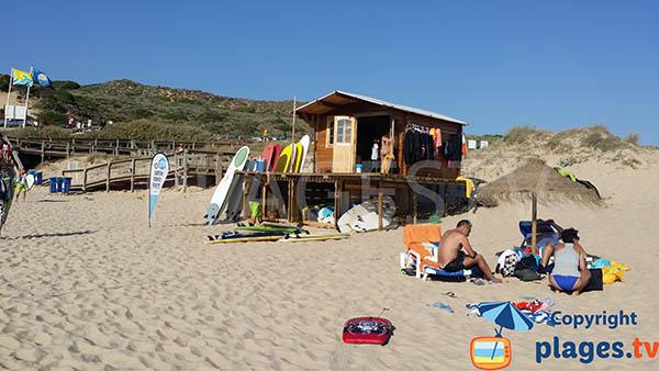 Matériel de surf sur la plage d'Armoreira do Mar à Aljezur
