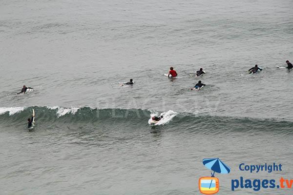 Surf sur la plage d'Arrifana à Aljezur au Portugal