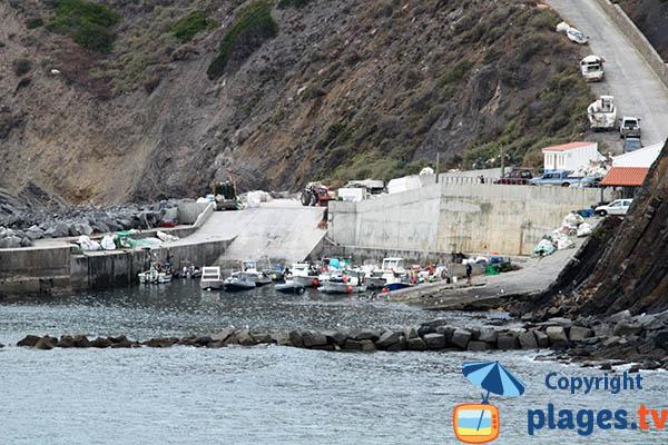 Vue sur le port de pêche d'Arrifana depuis la plage - Portugal