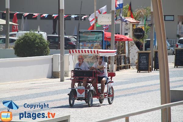 Promenade piétonne le long de la plage de Quarteira au Portugal