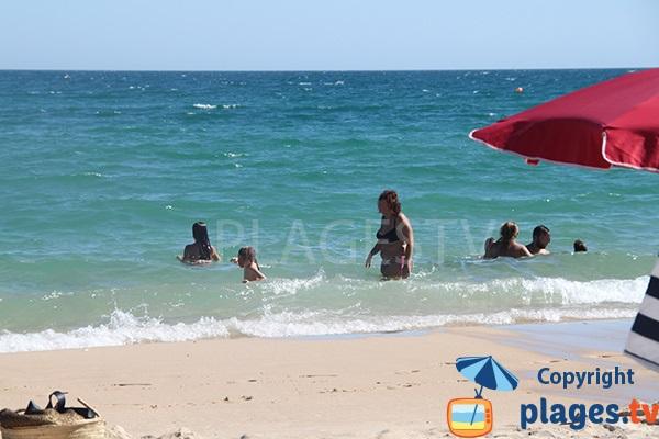 Baignade sur la plage de Barril sur l'ile de Tavira