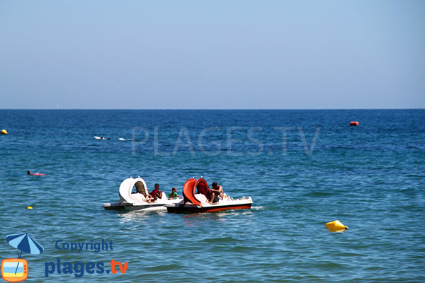 Pédalos sur la plage de Barranco das Belharucas à Olhos d'Agua - Portugal