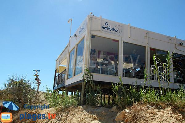 Restaurant sur la plage de Barranco das Belharucas à Olhos d'Agua