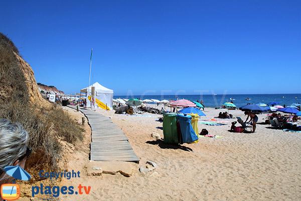 Photo de la plage de Barranco das Belharucas à Olhos d'Agua - Portugal