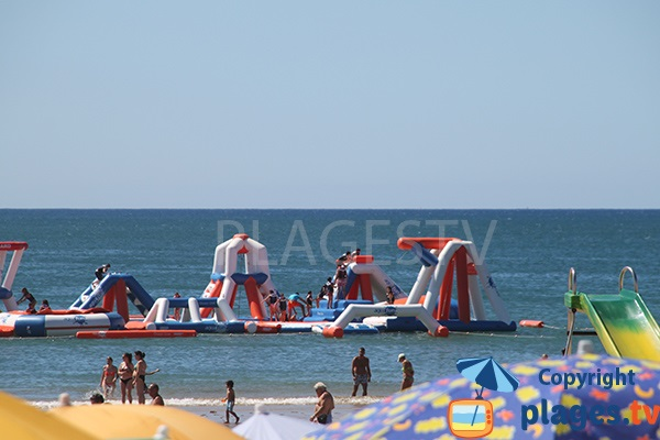 Jeux pour les enfants dans la mer - plage Cabeco