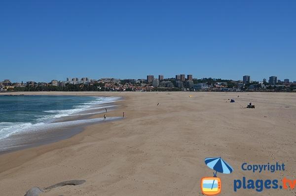 Grande plage à proximité de Porto - Portugal