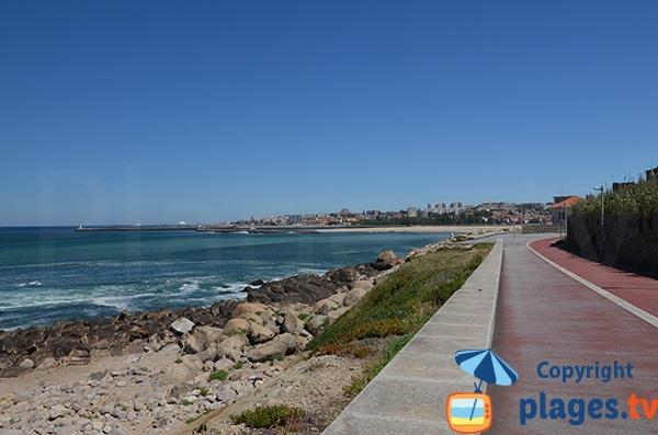 Promenade le long de la plage de Cabedelo à Vila Nova de Gaia