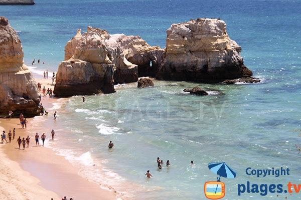 Iles et falaises dans la mer à Portimao - Portugal