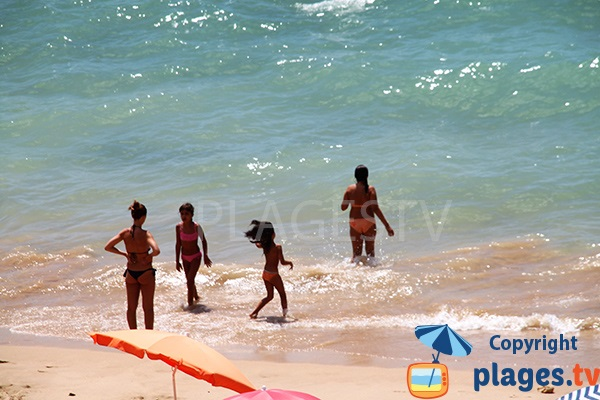 Baignade sur la plage de Careanos - Portimao