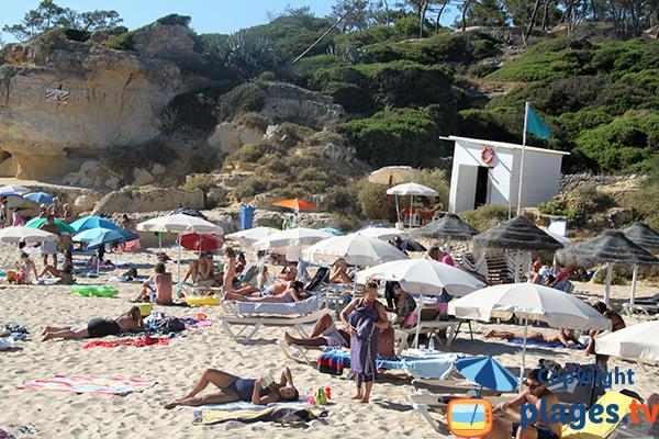 Poste de secours sur la plage do Evaristo à Albufeira