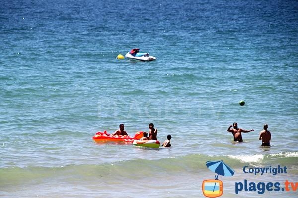 Sports nautiques sur la plage de Falesia à Albufeira au Portugal