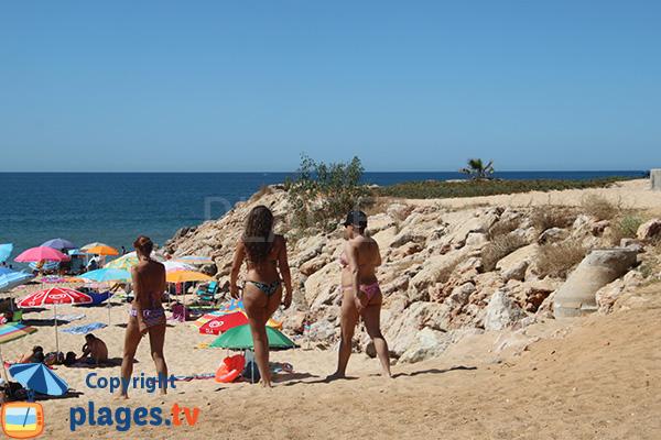 Enrochement sur la plage de Forto Novo à Quarteira