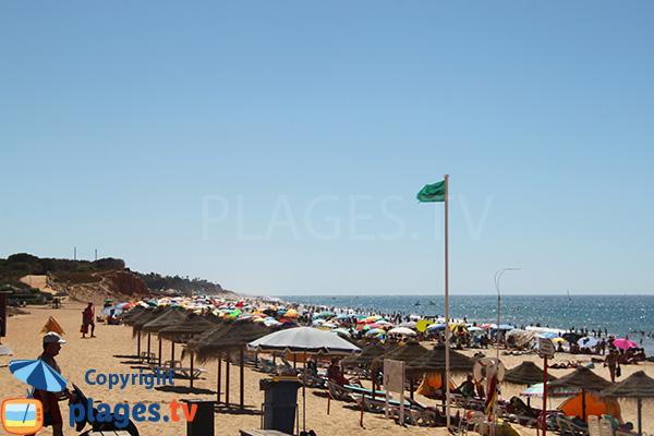 Plage privée sur la plage de Forto Novo à Quarteira au Portugal
