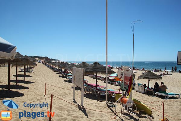 Rangée de chaises longues sur la plage de Forto Novo à Quarteira