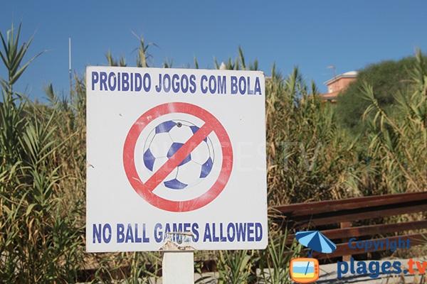 Jeux de ballons sur la plage de Galé à Albufeira