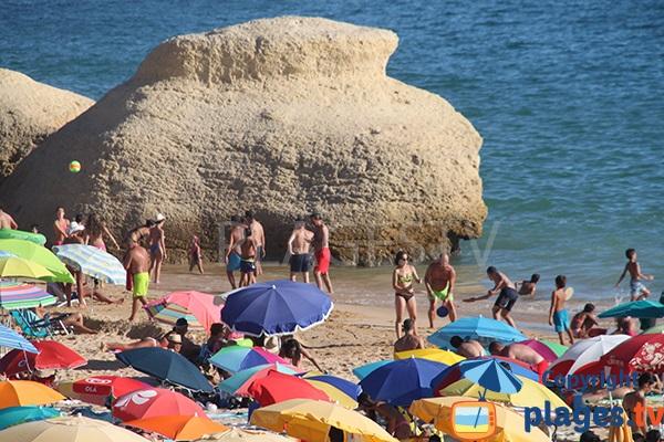 Jeux de plage sur la plage de Galé - Albufeira