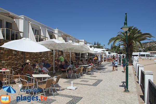 Promenade en bord de mer à Luz au Portugal