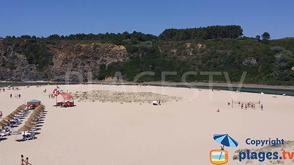 Riviere sur la plage d'Odeceixe au Portugal