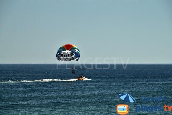 Parachute ascensionnel sur la plage d'Oura