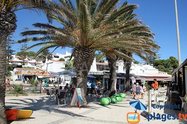 Commerces autour de la plage d'Oura à Albufeira - Portugal