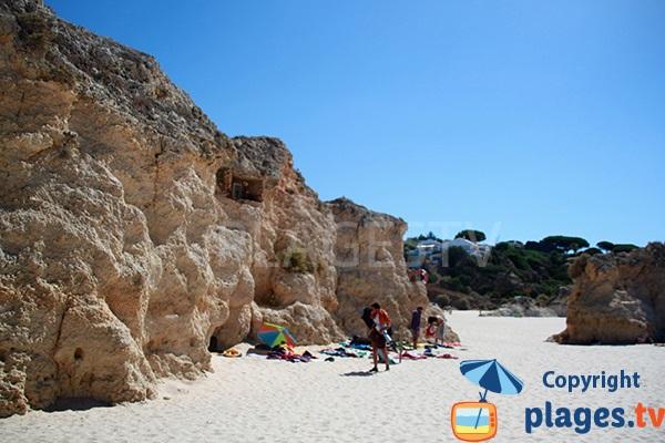 Niche dans la falaise de la plage de Prainha Hantero à Portimao