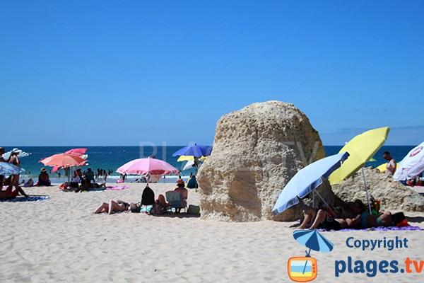 Rochers sur la plage de Prainha Hantero à Portimao - Portugal