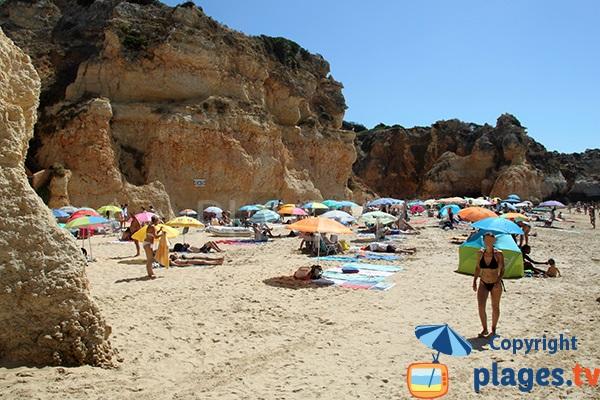 Falaises autour de la plage de Prainha au Portugal à Portimao