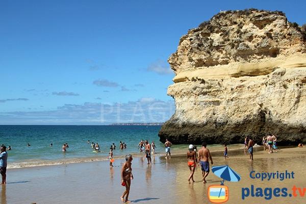 Baignade sur la plage de Prainha au Portugal à Portimao