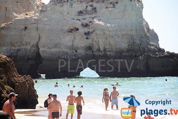 Arches dans les falaises autour de la plage de Prainha au Portugal
