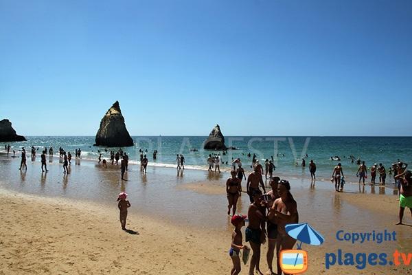 Piton rocheux sur la plage de Prainga au Portugal