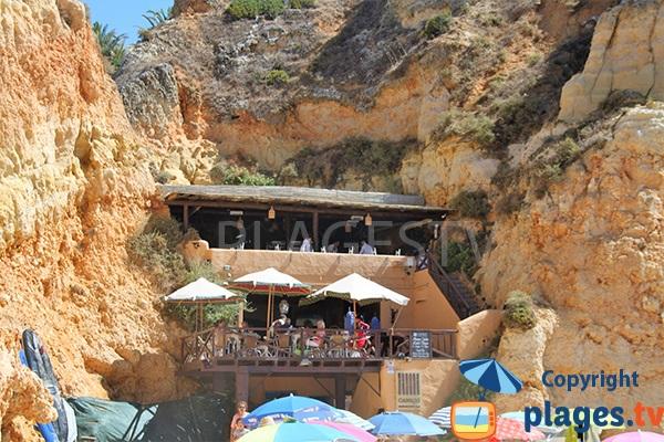 Restaurant dans les falaises sur la plage de Prainha - Portimao