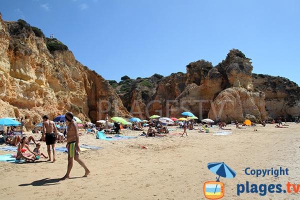 Plage avec des falaises ocres au Portugal - Prainha