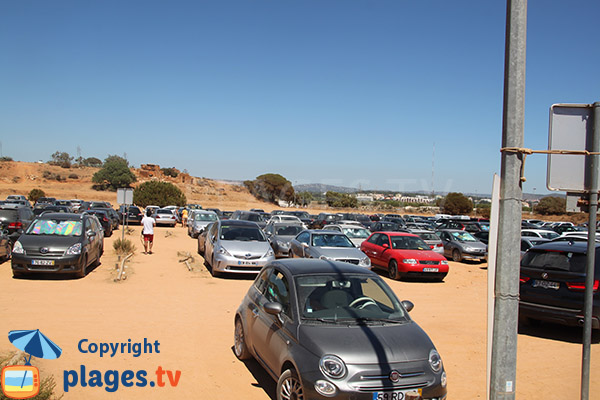 Parking de la plage de Rocha Baixinha Poente au Portugal