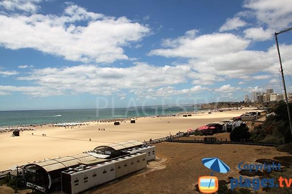 Restaurants sur la plage de Rocha à Portimao au Portugal