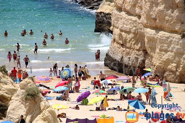 Plage avec des falaises à Portimao au Portugal - Praia da Rocha