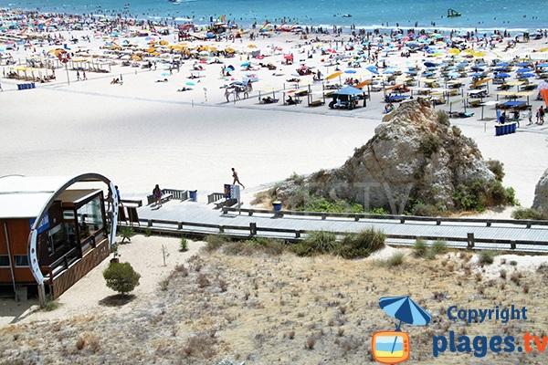 Passerelle sur la plage de Tres Castellos à Portimao