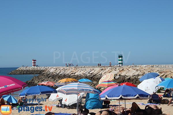 Pêcheurs sur la digue de la plage de Rosa Branca à Quarteira